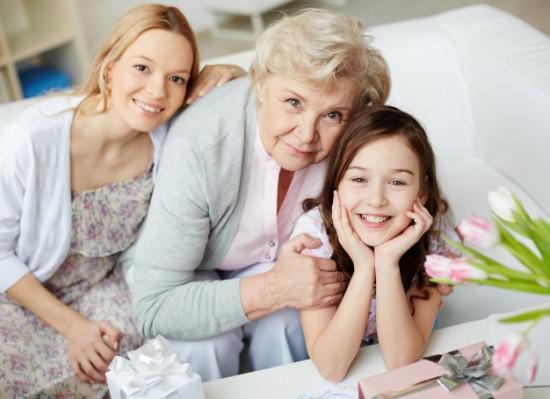 familia-agradavel-na-sala-de-estar_1098-774